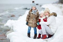 由海照顾和她的女儿在冬天 库存照片
