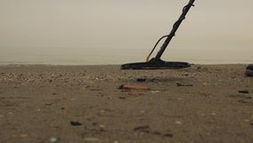 由海的一个人有金属探测器的审查沙子 寻宝人 股票视频
