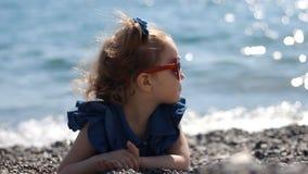 由海的一个孩子Pebble海滩的在与玻璃的一个有风晴天以心脏的形式 影视素材