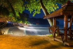 由海的一个木眺望台和Krabi的夜视图依靠, 免版税库存照片