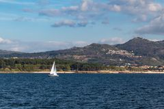 由海的一个风船航行 库存图片