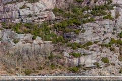 由海的一条路在一座大山下 免版税库存照片