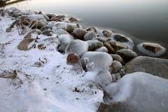 由海的冰冷的石头 库存照片