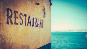 由海的减速火箭的土气餐馆 库存照片