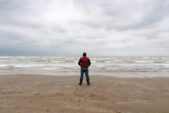由海的孤立旅客 库存图片