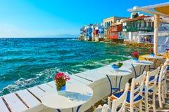由海的小咖啡馆在米科诺斯岛 库存照片