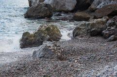 由海的岩石一场小风暴的 库存图片