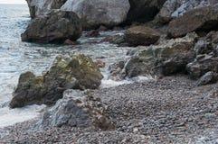 由海的岩石一场小风暴的 库存照片