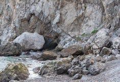 由海的岩石一场小风暴的 图库摄影