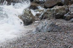 由海的岩石一场小风暴的 免版税库存照片