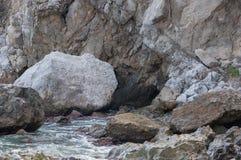 由海的岩石一场小风暴的 免版税库存图片