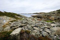 由海的岩石在Flekkeroya,克里斯蒂安桑在挪威 免版税库存图片