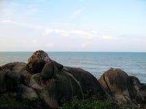由海的岩石小山 免版税库存图片