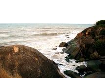 由海的岩石小山 免版税库存照片