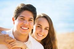 由海的微笑的夫妇在一个晴朗的夏天,秋天天 免版税库存照片