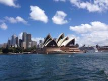 由海的悉尼歌剧院 库存照片