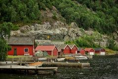 由海的挪威房子 免版税库存照片