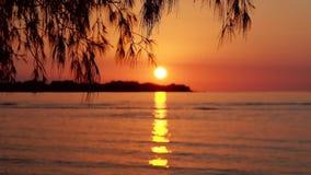 由海的日落在Gili海岛 股票录像