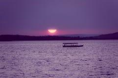 由海的日落isla的de弗洛勒斯危地马拉 库存图片