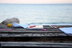 由海的木桌 免版税库存照片