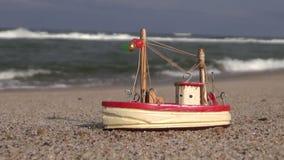 由海的木船模玩具海滩沙子的 股票视频