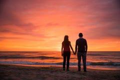 由海的浪漫夫妇 Sillhouettes 库存照片
