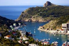 由海的海港城市 在码头的游艇在蓝色海 免版税库存照片