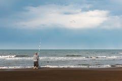 由海的渔夫 库存照片