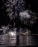 由海的烟花小游艇船坞二的马萨 免版税库存照片