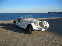 由海的白色减速火箭的汽车。12.06.13.西西里岛 库存照片