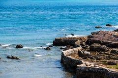 由海的石墙 库存图片