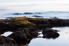 由海的石头在晚上 免版税库存照片