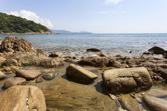 由海的石头有夏季的热带海岛的,普吉岛 图库摄影