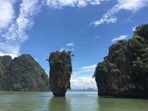 由海的美丽的山 免版税图库摄影