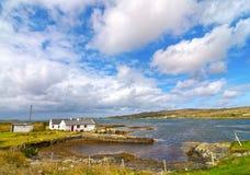 由海的美丽的老爱尔兰村庄 在风景乡下设置的村庄 免版税库存图片