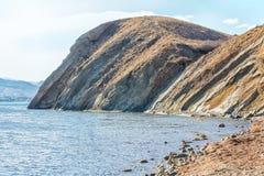 由海的美好的山风景 图库摄影