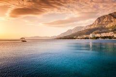 由海的美好的日落在马卡尔斯卡,达尔马提亚,克罗地亚 免版税库存图片