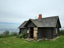 由海的老村庄房子 免版税库存照片