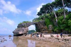 由海的自然岩石曲拱 免版税库存图片