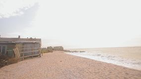 由海的被放弃的大厦,海岸线的,由海的一个谷仓营房 股票视频
