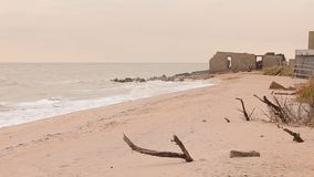 由海的被放弃的大厦,海岸线的,由海的一个谷仓营房 股票录像