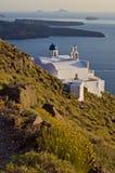 由海的被隔绝的白色教会在圣托里尼 免版税库存照片