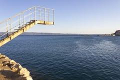 由海的跳台在Stobrec,克罗地亚 库存图片