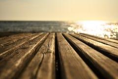 由海的长凳在早晨 免版税库存照片