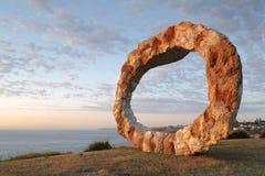 由海的雕塑打开 库存图片