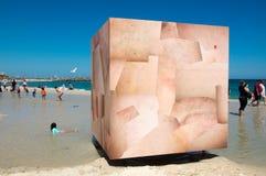 由海的雕塑:皮肤立方体 库存照片