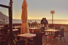 由海的年轻夫妇爱的感觉的 图库摄影