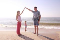 由海的年轻家庭 库存照片