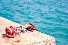 由海边的生锈的老锚链 免版税库存图片