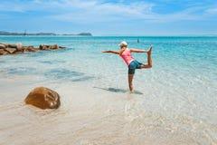 由海运的瑜伽 免版税库存照片